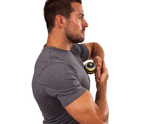 Mężczyzna roluje mięśnie