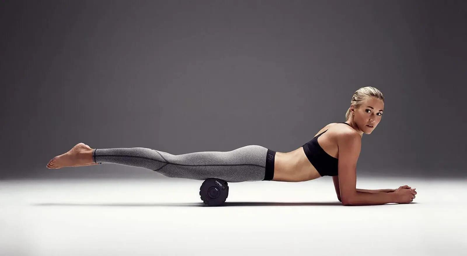 kobieta ćwicząca z rollerem