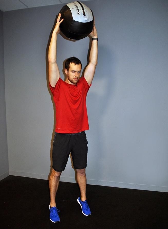 cwiczenia-na-brzuch-rzuty-pilka-lekarska-o-podloge