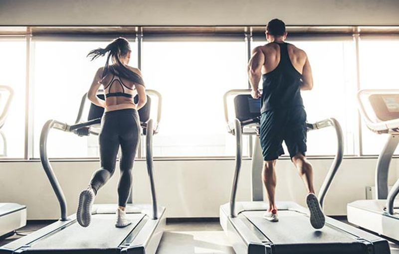 trening cardio na siłowni mężczyzna i kobieta