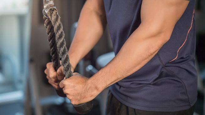 ściąganie wyciągu triceps