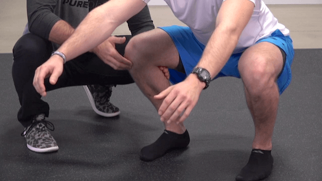 wychodzenie kolan poza linię palców w przysiadzie