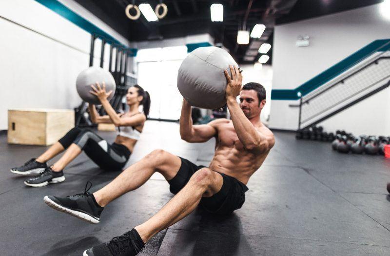 ćwiczenia na brzuch z piłką lekarską
